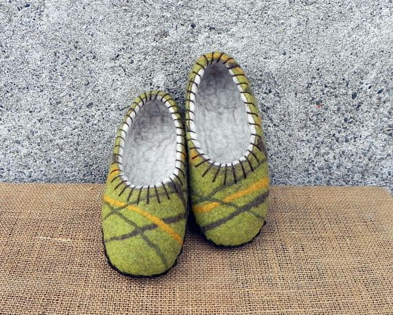 Green felt slippers, sole felted slippers, felted home shoes, boiled wool slippers, felted clogs, wet felted shoes, wool clogs, warm slippers These green slippers are made with merino and bergschaf wools and have suede leather soles. They are decorated with merino wool yarn. Nice and