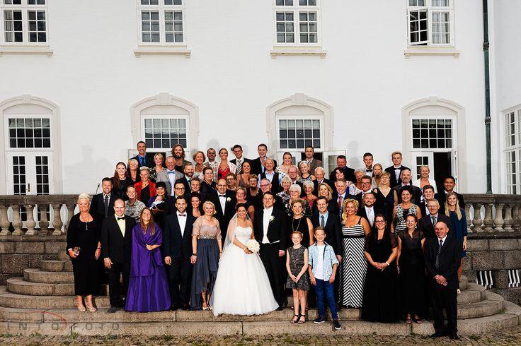 Gruppebillede foran Højstrupgård ved Helsingør #Bryllup #Wedding #Bryllupsfotograf #Intofoto #Bryllupsfoto #Bryllupsfotografering #Hillerød #Nordsjælland #Vielse #Gruppebillede #Højstrupgård #Helsingør