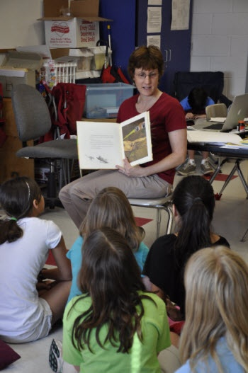 Tips and strategies for reading aloud from Laura Candler's Teaching Resources - free printables and graphic organizers, too!