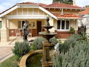 Brick californian bungalow house exterior with porch & sculpture - House Facade photo 522917