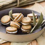 Tutta la freschezza della robiola di Roccaverano per un antipasto sfizioso dalla forma di biscottini. Scopri la ricetta su Sale&Pepe.