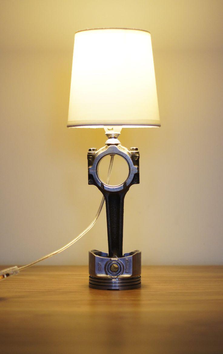 Lampka nocna wykonana z tłoka oraz korbowodu. Niedostępna w sprzedaży