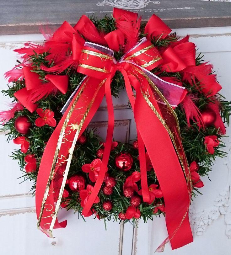 Vánoce+červené+větší+věneček+z+šišek+a+umělého+jehličí,+průměr+32+cm.