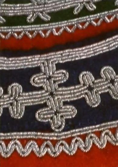 Episode 13 i serien Samiske forhold. Kunsten å brodere med tinntråd er et gammelt samisk håndverk som holdt seg lengst blant Sørsamene i Sverige og Norge. Hos dem fikk kunsten sin renessanse i første halvpart av dette hundreåret.