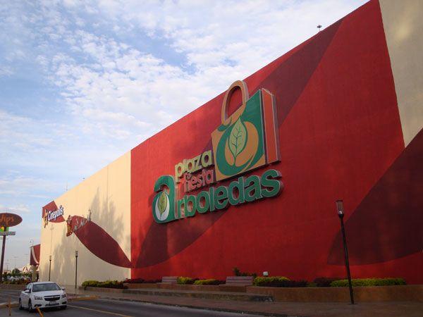 La Plaza Fiesta Arboledas es un atractivo centro comercial ubicado sobre la famosa avenida Paseo de la Arboleda, muy cerca de la Expo Guadalajara, la Central de Abastos y los Arcos del Milenio, al sur de la Zona Metropolitana de Guadalajara.