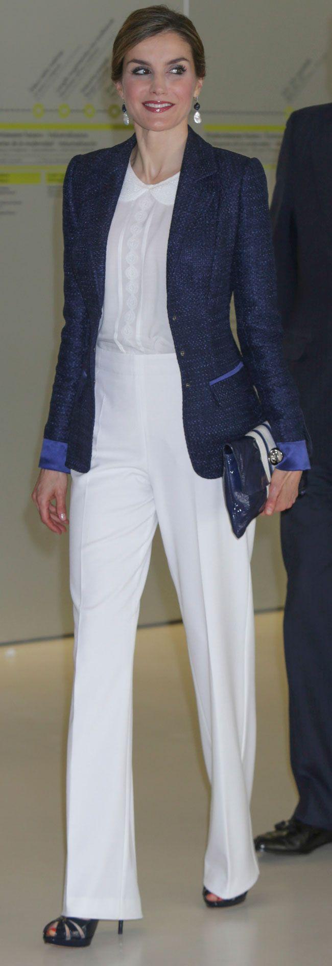 Los Reyes han visitado San Sebastián, donde Letizia ha lucido un conjunto blanco y azul marino.                                                                                                                                                                                 Más