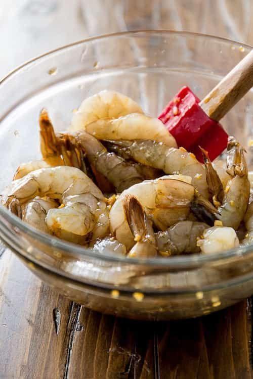 mélangez les crevettes avec la marinade
