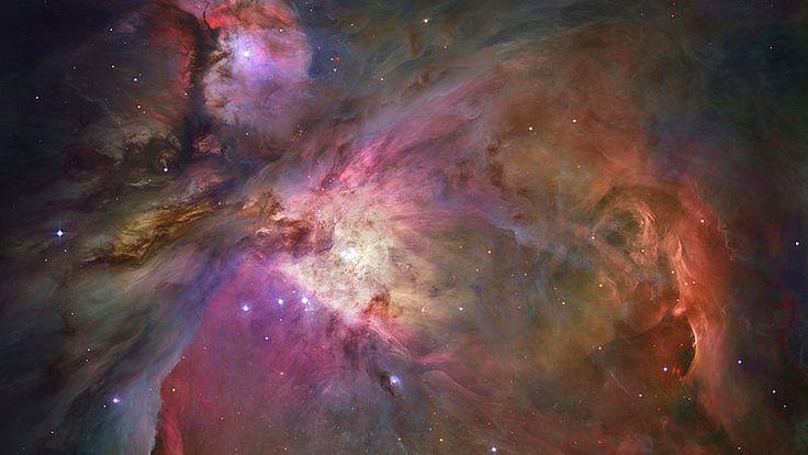 Mlhovina v souhvězdí Orion. Je od Země vzdálená 1600 světelných let a je pozorovatelná pouhým okem. Je v ní přes 3000 hvězd, čtyři největší v jejím středu. Další vznikají v barevném prachu.  Hubbleův teleskop má 25 let, NASA zveřejnila jeho nejpůsobivější snímky– Novinky.cz