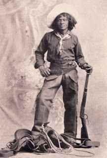 La storia poco conosciuta dei cowboys afro-americani I film western americani e nostrani ci hanno fatto conoscere i cowboy, personaggi coraggiosi e affascinanti, che cavalcavano verso il tramonto nelle praterie, e ce li hanno presentati quasi esclusiva #afroamericani #cowboy #storia