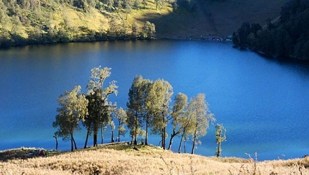 the ranu kumbolo lake http://goo.gl/F2DHVf