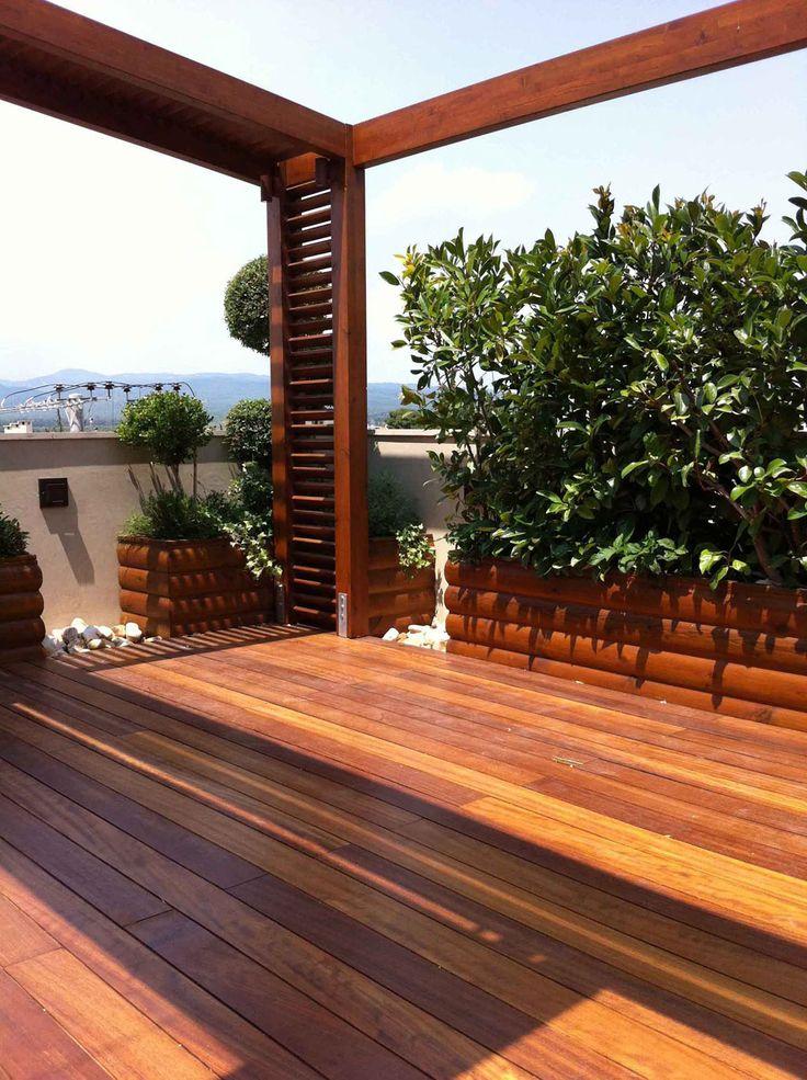 Κατασκευή δαπέδου εξωτερικού χώρου σε ταράτσα οικίας από ξυλεία Iroko, τοποθέτηση με κλιπς όπου δεν φαίνονται τα κενά στο δάπεδο, ενώ επιτρέπεται η απορροή υδάτων και ο αερισμός του deck. Το πάτωμα αποτελεί μέρος της γενικότερης διαμόρφψσης του χώρου που περιλαμβάνει πέργκολες, ζαρντινιέρες και διακοσμητικά βότσαλα.