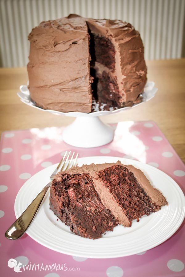 Nemcsak őrült finom, de elkészíteni sem ördöngősség ezt az isteni finom csoki tortát :) Én szoktam varriálni a krémet, vagyis néha teszek bele 1-2 tasak 2-in-1 kávéport, sőt ezt néha a tésztájába i…