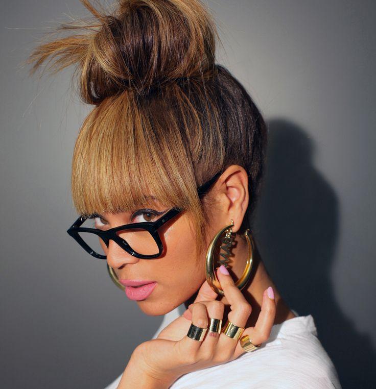 """china bang hairdos   Beyoncé posa com brincos """"Barack Obama"""", feitos por Erika Peña."""