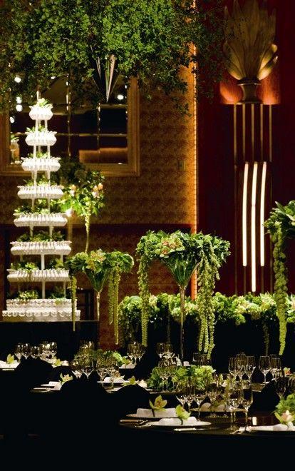 高級感もありつつ、空間全体を使った演出 *スタイリッシュでセンスのいい会場装花*
