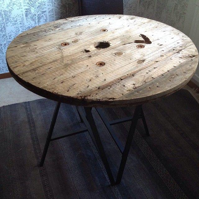 Ett bord gjort utav skivan på en gammal kabeltrumma två st IKEA Lerberg ben. . . A table made of an old cable drum two IKEA Lerberg tablelegs.