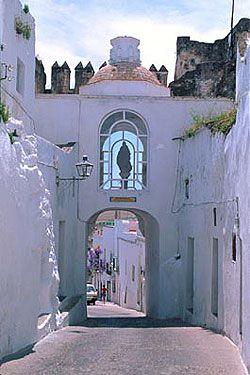 """Maravillas ocultas de España: Dos bellos pueblos Gaditanos:Mediana Sidonia y Arcos de la Frontera. """"Puerta de La Madraza"""". (Arcos de la Frontera)."""