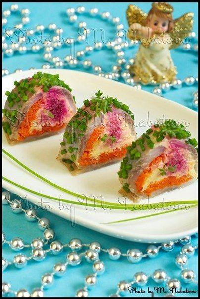 Морковь, картофель, свеклу и яйца отварить. Из каждого ингредиента отдельно сделать пюре с добавлением майонеза. На коврик для роллов укладывается пищевая пленка, на нее - тонкое филе селедки, дальше - слои овощей и яиц с майонезом. Завернуть, как роллы. Потом рулетик аккуратно нарезать кусочками. Можно обвалять рулет в зеленом луке и украсить кресс-салатом