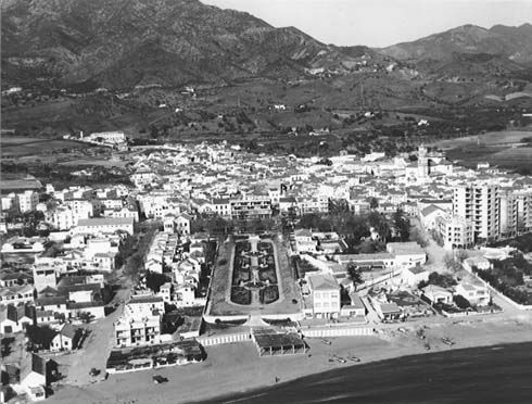 Marbella town center, 1962. You can see the gardens of Avenida del mar that arrives to the beach.
