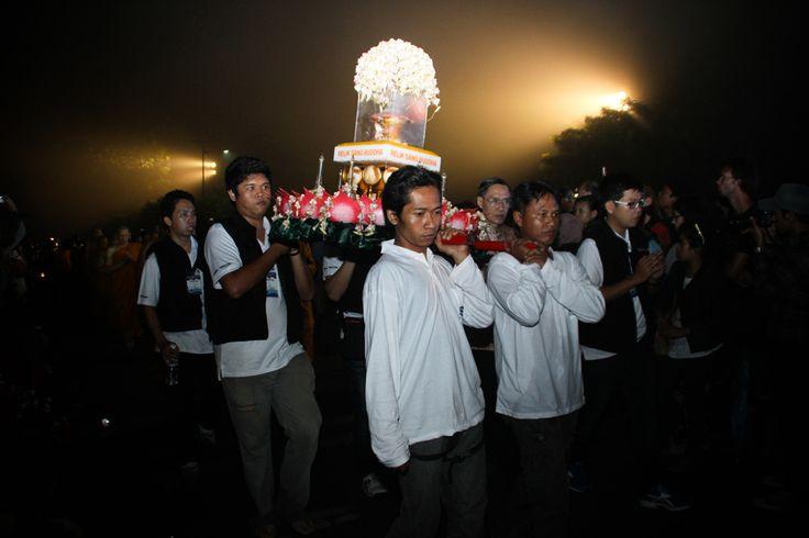 Peserta membawa Relik sang Buddha mengelingi pelataran candi