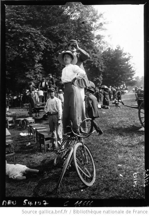 La revue du 14 juillet : en équilibre sur deux bicyclettes : [photographie de presse] / Agence Meurisse - 1914. Paris