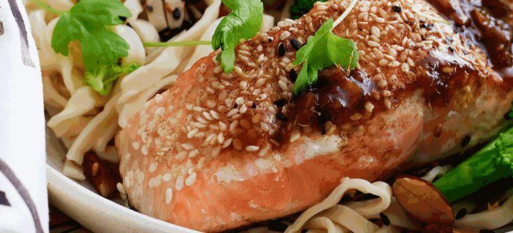 Her kan du få opskriften på sesamstegt laks med teriyakisauce og nudler. Du kan også få inspiration på mange retter, på vores hjemmeside.
