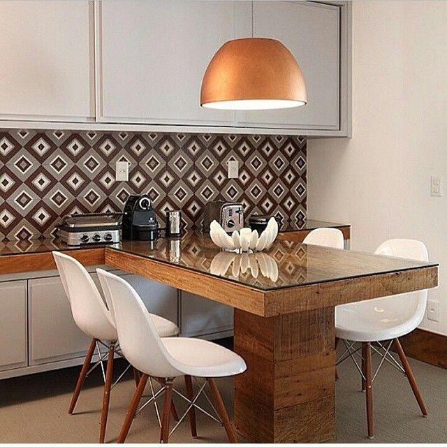 Sala de almoço, destaque para a mesa em madeira de demolição com tampo de vidro e para o lustre cobre, belíssima…