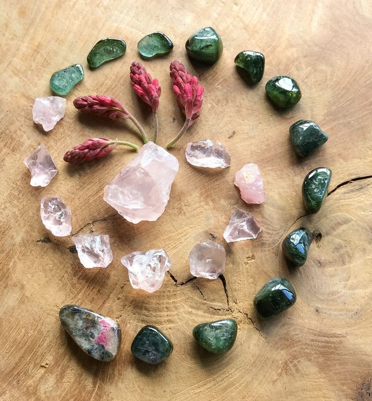 Spiral Crystal Grid by Woodlights Woudlicht - Rose Quartz, Verdelite, Tugtupite and Ribes Sanguineum