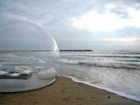 Tienda de campaña transparente con forma de burbuja para dormir bajo las estrellas