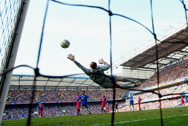 19 March 2005: Frank Lampard of Chelsea score the first goal of the game beating Gabor Kialy of Crystal Palace during the Barclays Premiership match between Chelsea and Crystal Palace at Stamford Bridge...