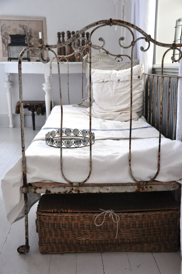graceful bed: Irons Beds, Four-Post, Antiques Beds, Shabby Chic, Metals Beds, Vintage Bedrooms, Vintage Metals, Beds Frames, Wrought Irons