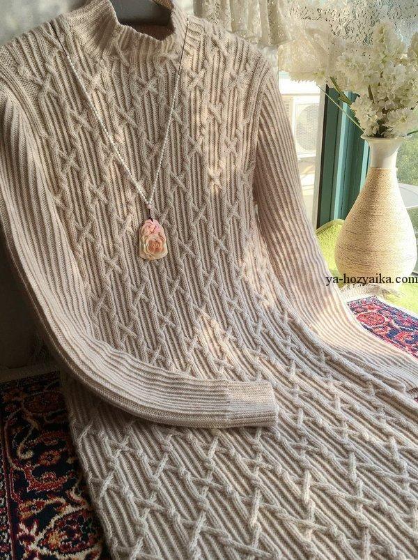 Платье спицами рельефными узорами
