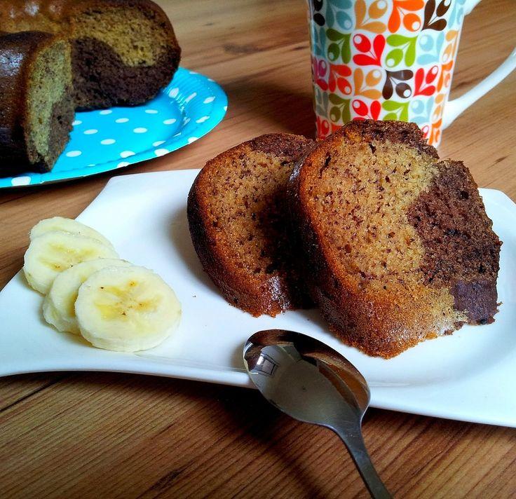 V míse smícháme mouku s jedlou sodou a špetkou soli. V mixéru si rozmixujeme banány s medem a arašídovým máslem. Přidáme olej, vejce a podmáslí...