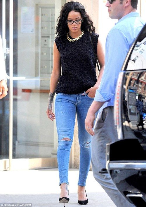 Black top with skinny jeans and a chunky  chain!