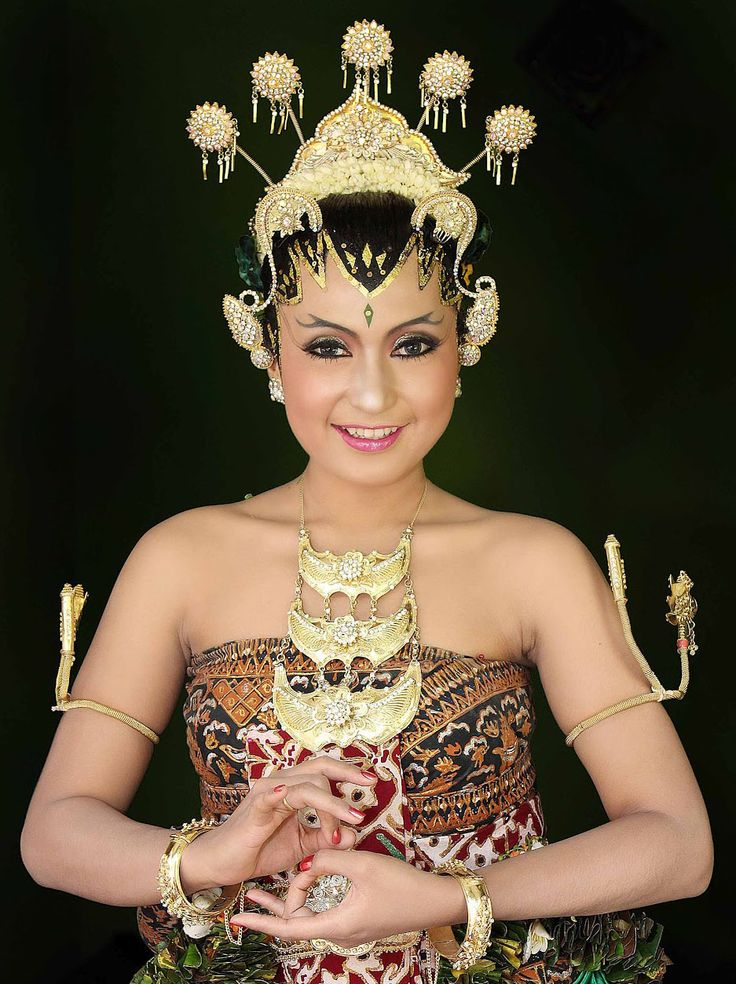 Happy Tiara Tuesday everyone!  This week we journey East to Indonesia, where the weddings are steeped in traditions that would drop any Westerner's jaw.