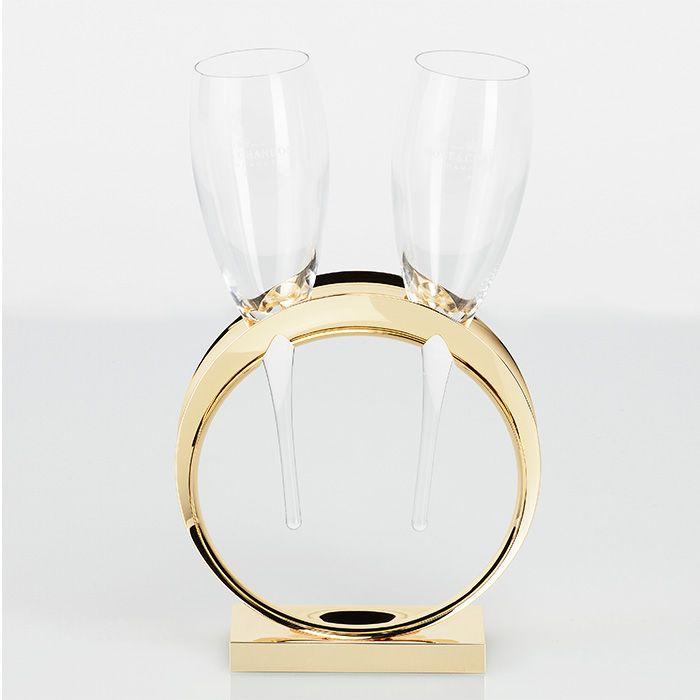 Wedding Ring Champagnerflöten - Champagne Moët et Chandon  Es gibt wohl kaum einen schöneren Augenblick für ein Glas Champagner, als zu einer Hochzeit. Um diesen Moment angemessen zu zelebrieren, designte man bei Champagne Moët et Chandon das Wedding Ring Champagnerflöten Set. Zu dem Set gehört der Wedding Ring Gläserhalter, 2 Champagnerflöten und eine goldene Metallplatte zur Gravur.