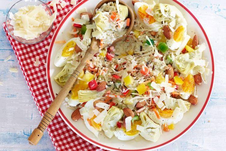 Met knapperige groenten en een eitje erdoor tover je koude rijst zo om tot een salade - Recept - Allerhande