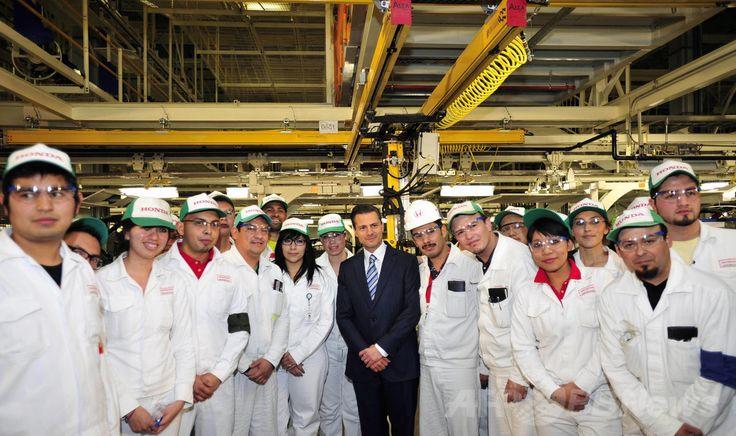 メキシコ・グアナフアト(Guanajuato)州の工業都市セラヤ(Celaya)に開業したホンダ(Honda)の新工場で従業員たちととも撮影に応じるエンリケ・ぺニャニエト(Enrique Pena Nieto)大統領(2014年2月21日撮影)。(c)AFP/MEXICAN PRESIDENCY ▼11Mar2014AFP|日本の自動車メーカー誘致に沸くメキシコ・グアナフアト州 http://www.afpbb.com/articles/-/3010115 #Celaya #Honda #Enrique_Pena_Nieto