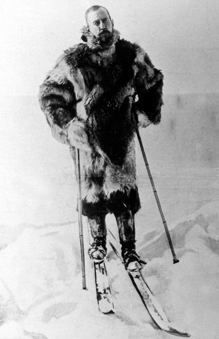 Roald Amundsen, pertrechado con pieles y unos esquís, durante la expedición al Polo Sur.