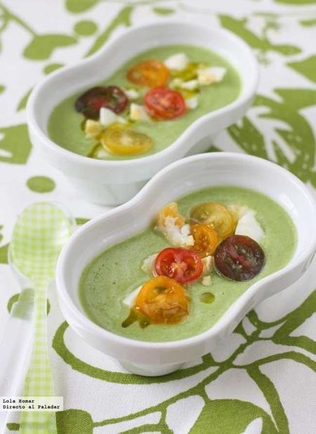 Gazpacho de Calabacín. 4 per.: -4 calabacines medianos, -1/2pimiento verde, -1/2cebolla, -1/2pepino, -1diente ajo, -3 rebanadaspan sin corteza, -2 hojas albahaca, -vinagre, -AOVE, -sal, -2 huevos duros y -tomates cereza para  guarnición. Prep.: -Remojar el pan con vinagre. -Lavar bien el calabacín y  trocear sin pelar. -Poner en la batidora: pimiento, cebolla, pepino, ajo,  y  albahaca. Añadir pan y batir hasta tener una crema bien fina.
