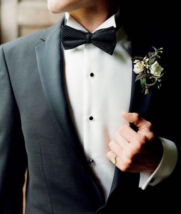 男性なら誰もが悩んだ経験をもつのがゲストとして参加する際の「結婚式の服装」だ。スーツスタイルのカジュアル化も進み、ひと昔前と比較して正解と不正解の線引きが曖昧になっている結婚式のスーツスタイル。今回は、現代において一般的とされている結婚式でのスーツスタイルを基軸に、好ましい着こなしやポイント、アイテムを紹介! 結婚式とフォーマルスーツについて 結婚式の起源は様々あるが、日本で一般化しているのは西洋のブライダルパーティを模したものだ。開国直後の明治時代、西洋の文化が急速に流れてきた時期に結婚式の形も同時に輸入されたと言われている。式と同時に輸入されたフォーマルスーツの文化はヨーロッパの上流階級の人物が着用していた服が起源だ。フォーマルスーツの種類には「正礼服」「準礼服」「略礼服」があり、それぞれ昼か夜かの時間帯や、式の重み、式の主催者から指定されたドレスコードに沿った礼服を着用するのが一般的。立場によって着る服の質に違いはあるものの、式典の参加者は同じものを着用するのがフォーマルスーツの基本だ。 7ootd ビジネスとフォーマルの違いとは…