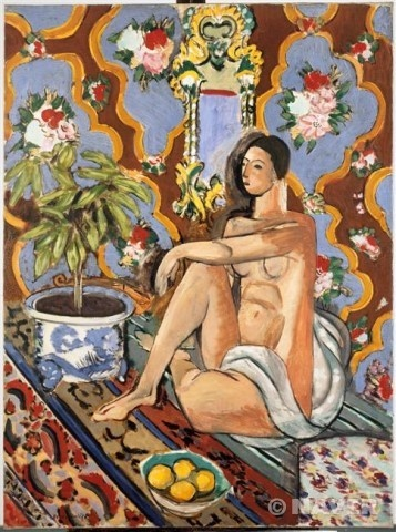앙리 마티스 '꽃무늬 배경 위의 장식적 인물' 1925년 유화 조르주 퐁피두 센터 이 그림은 마티스만의 특징적 요소가 잘 드러난 작품이다. 이 그림에서 주인공 격인 누드 여인의 몸매는 수직수평선이 교차하며 직각을 이룬다. 반면 바닥에 대각선으로 그어진 직선과 배경의 우아한 곡선은 서로 대비되며 공간감을 드러낸다. 특히 카펫과 벽지의 화려한 무늬는 주제인 인물 못지않게 눈에 띈다. 이처럼 바닥의 직선과 벽면의 곡선 무늬는 연속적으로 반복되며 충돌하는 듯하지만, 그 가운데 놓인 인물과 화분으로 인해 절묘하게 조화를 이룬다. 그리고 화면 아래쪽 바구니에 담긴 과일과 화면 위쪽 벽지 속에 표현된 꽃송이는 대칭 구도를 이루며 전체적으로 균형을 유지해 준다.