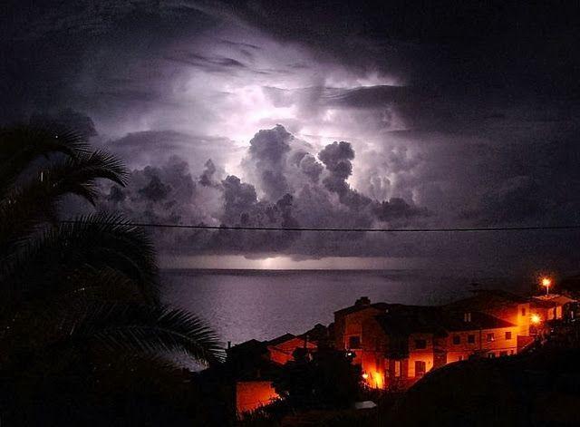Episch onweer boven de Atlantische Oceaan.