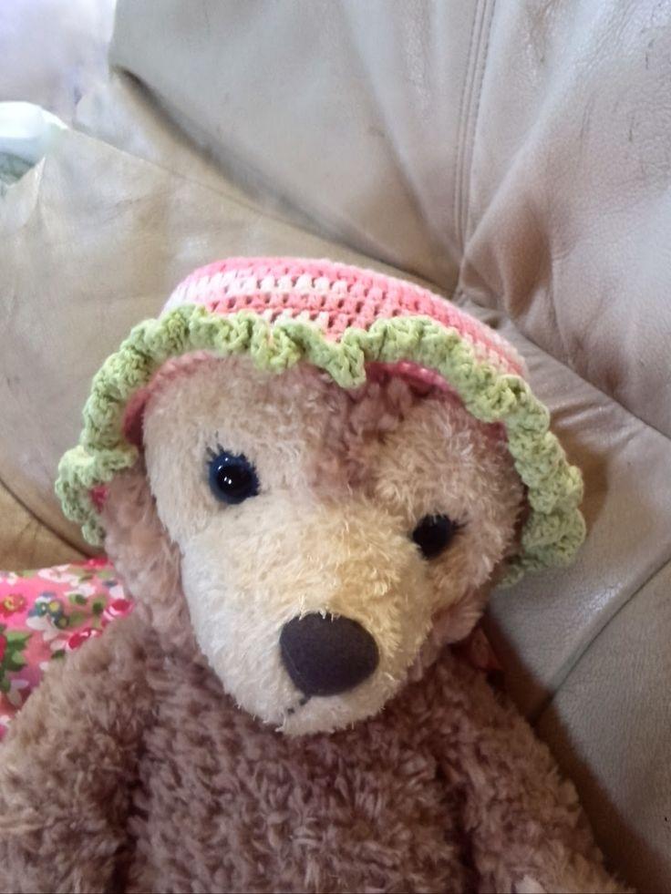 長編みだけで編める簡単な新生児用のかぎ針編み帽子の編み方と編み図を写真付きで紹介しているページです。