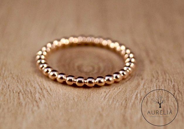 Kugel an Kugel in modernem roségold. Dieser glänzende Ring aus roségold plattiertem Messing zeigt, wie schmückend ein filigraner Ring sein kann. Er kann auch hervorragend als Vorsteckring getragen...