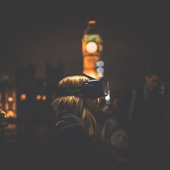 Die Nutzer von Virtual-Reality-Brillen sind die neuen Punks. Zumindest auf den Fotos die Mr Whisper für Tayfun Sarier und Guus ter Beek gemacht hat. Mitten in London haben sie Menschen die klobige Brille aufgesetzt die den Nutzer in virtuelle Welten eintauchen lässt: Menschen und Sehenswürdigkeiten werden egal.  #igerslondon #virtualreality #picoftheday #instacool #london #britishsummer by bento_de - Shop VR at VirtualRealityDen.com