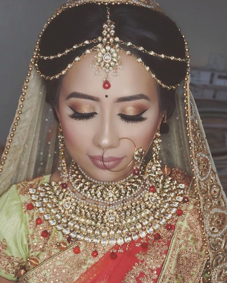 Gorgeous bride decked-up by Bridalrangbysamiha on Instagram! Her whole look is mesmerizing! Jewelry by Indiatrend on Instagram.