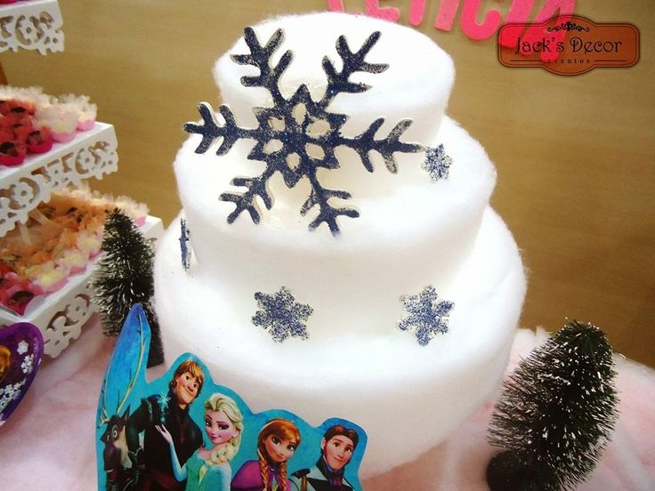 """Bolo de """"Neve"""" segundo a aniversariante Letícia, rsrs. Bolo revestido de manta acrília, com peça de MDF em floco de neve."""