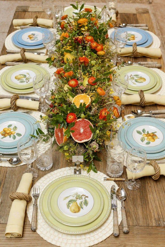 Em plena primavera, fomos presenteadascom o lançamento da Coleção Frutas da Estação, tema de nosso encontro e de duas mesas que montamos na loja, uma mesa posta e uma mesa buffet. Hoje, mostraremos a mesa posta. Com pratos coloridos e alternados, montamos esta mesa de madeira com jogos americanos e arranjo floral!