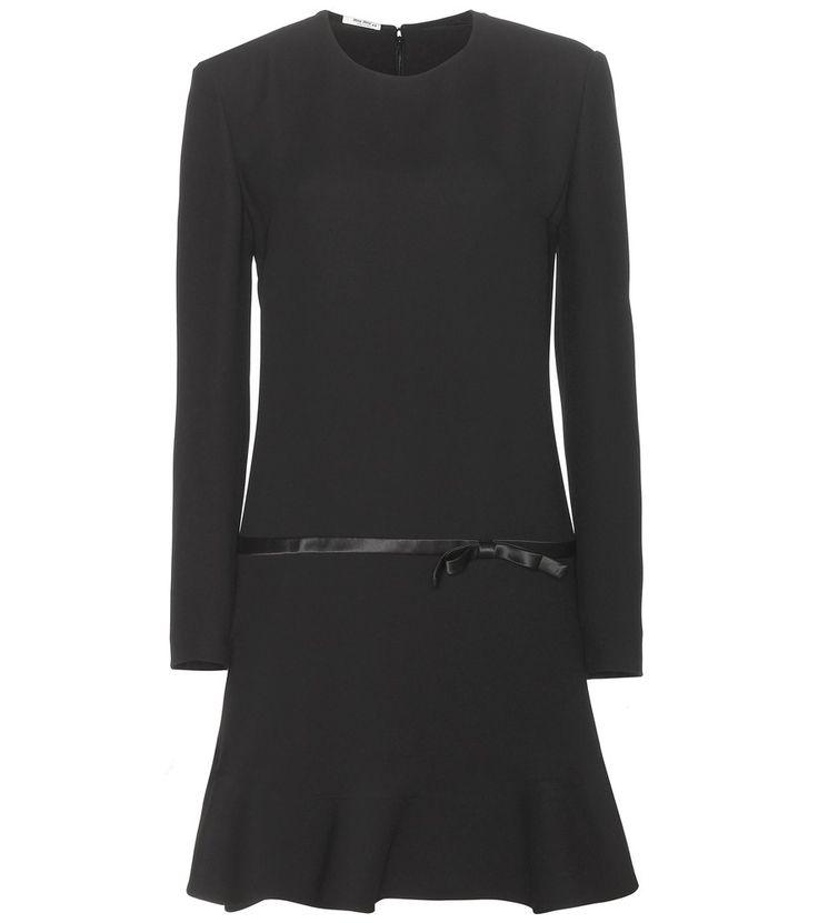 Miu Miu - Crêpekleid mit Seidenschleife - Miu Miu ist die erste Adresse für Kleider, die flirty, aber trotzdem stets elegant und erwachsen wirken. Wie zum Beispiel dieses nachtschwarze Modell aus wunderschön fallendem Crêpe mit langen Ärmeln. Der mädchenhaft ausgestellte Rock und ein seidener Satin-Einsatz mit Schleife an der Hüfte verleihen der gediegenen Ästhetik einen verspielten Charme. seen @ www.mytheresa.com