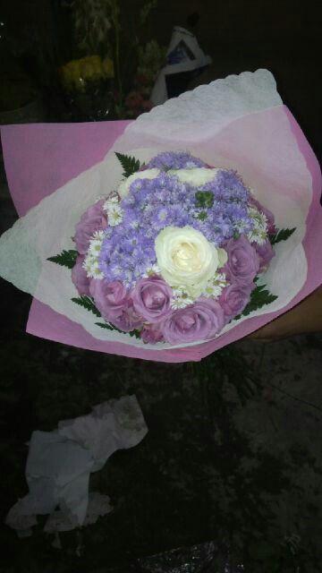 Bunga tangan dgn mawar ungu di kombinasi dgn mawar putih dan pikok ungu info order ; 085716660717